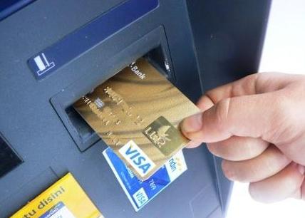 Как правильно вставлять карту в банкомат?